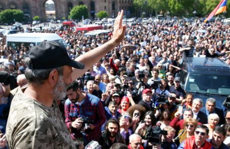 Лидер оппозиции Никол Пашинян перед демонстрантами в Ереване.