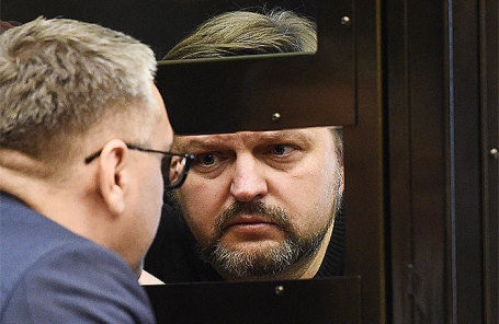 Бывший губернатор Кировской области Никита Белых (справа), приговоренный к 8 годам колонии за получение взятки в размере 400 тысяч евро, во время рассмотрения законности приговора в Мосгорсуде, 27 апреля 2018 года.