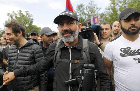 Никол Пашинян (в центре).