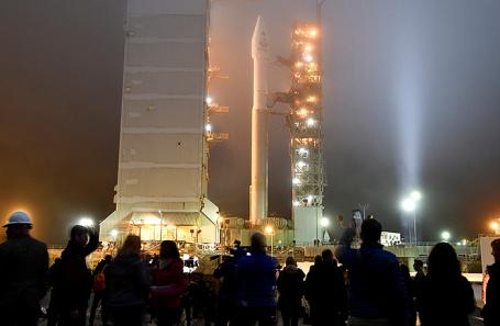 Запуск ракеты Atlas V с марсианской космической миссией InSight с базы ВВС США «Ванденберг» в Калифорнии.