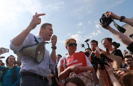 Оппозиционер Алексей Навальный во время несогласованной протестной акции оппозиции на Пушкинской площади в Москве, 5 мая 2018 года.