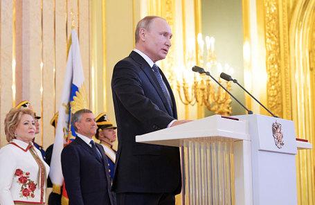Избранный президент России Владимир Путин (слева направо) на церемонии инаугурации в Андреевском зале Большого Кремлевского дворца.