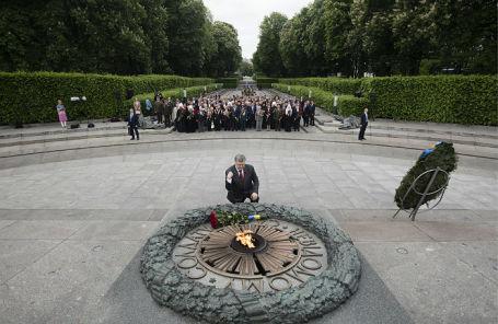 Церемония возложения цветов к Могиле Неизвестного Солдата в Киеве.
