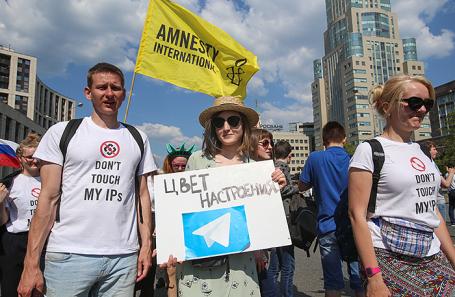 Участники митинга «За свободный интернет» на проспекте Академика Сахарова в Москве, 13 мая 2018 года.