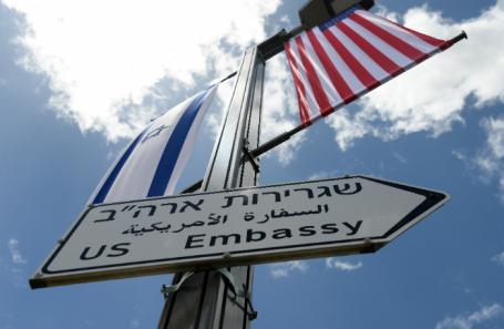 Указатели направления к посольству США, появившиеся в Иерусалиме.
