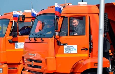 Президент РФ Владимир Путин в головной автомашине КамАЗ во время проезда строительной техники по автодорожной части Крымского моста.