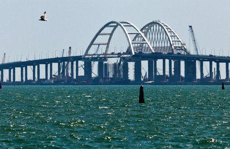Вид на Крымский мост через Керченский пролив.