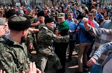 В российской столице нападавших намитингующих казаки выпороли нагайками