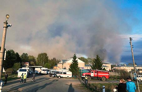 Задымление из-за взрывов боеприпасов в результате пожара на бывшем военном полигоне населенного пункта Пугачево.