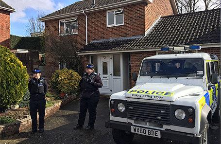 Полиция у дома Сергея Скрипаля в Солсбери, 18 мая 2018 года.