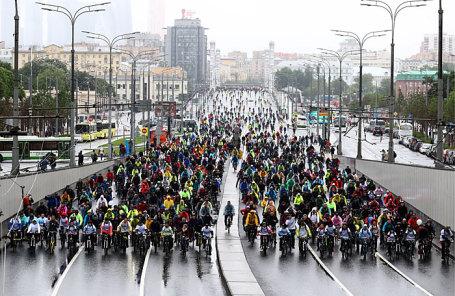 Участники Московского велопарада на проспекте Академика Сахарова.