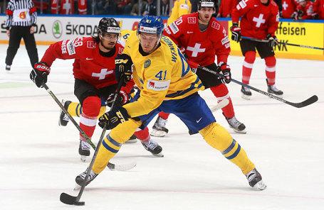 Игроки сборной Швейцарии и сборной Швеции по хоккею.