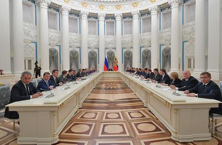 Президент РФ Владимир Путин (в центре) во время первой встречи с новым составом правительства РФ в Кремле.
