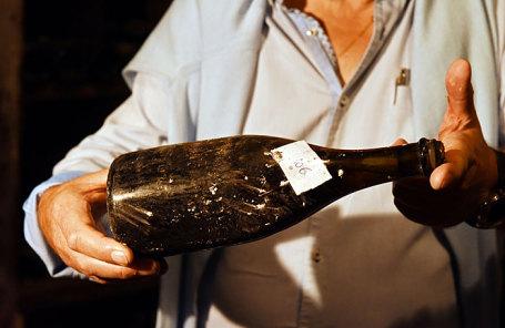 Бутылка желтого вина 1774 года Lons-le-Saunier.