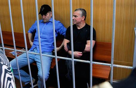 Совладелец группы компаний «Сумма» Магомед Магомедов и руководитель компании «Интэкс», входящей в группу «Сумма», Артур Максидов в Тверском суде.
