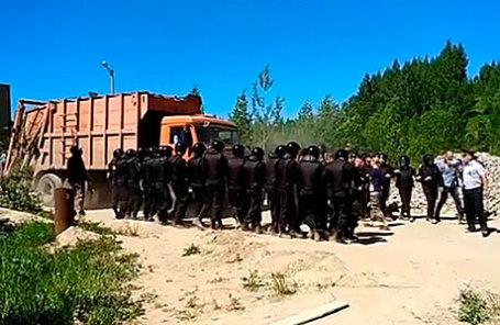 Полиция на территории карьера Сычевского горно-обогатительного комбината (ГОК), где планируется создать мусорный полигон.