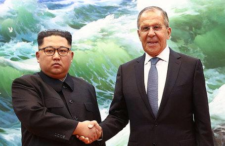 Северная Корея. Пхеньян. Лидер КНДР Ким Чен Ын и глава МИД РФ Сергей Лавров (слева направо) во время встречи.