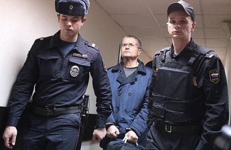 Бывший министр экономического развития РФ Алексей Улюкаев (в центре).