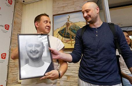 Журналист Аркадий Бабченко (справа).
