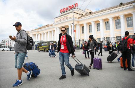 Футбольные болельщики, прибывшие в Екатеринбург из Москвы на бесплатном поезде.