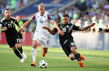 Игрок сборной Исландии Рюрик Гисласон и игрок сборной Аргентины Эдуардо Сальвио на матче в Москве, 16 июня 2018 года.