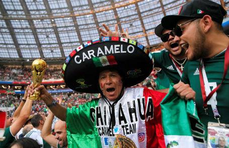 Болельщики сборной Мексики празднуют победу над командой Германии в «Лужниках», 17 июня 2018 года.