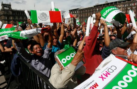 Болельщики на площади Конституции в Мексике празднуют гол, забитый в ворота сборной Германии.