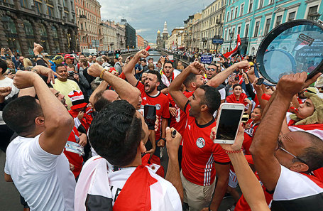 Болельщики сборной Египта на Невском проспекте перед началом матча группового этапа чемпионата мира по футболу - 2018 между сборными командами России и Египта.