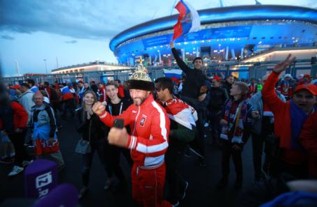 Болельщики празднуют победу сборной России в матче против Египта.