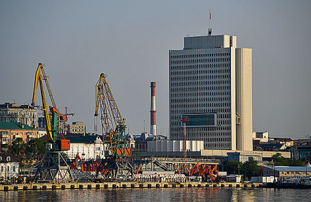 Вид на морской порт Владивостока.