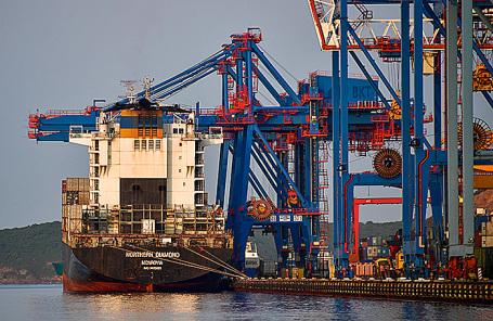 Вид на причал контейнерного терминала Владивостокского морского торгового порта (ВМТП).