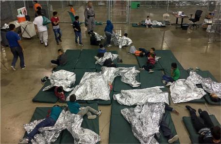 Пункт временного содержания мигрантов из Центральной Америки и Мексики, задержанных за незаконное пересечение границы США, в штате Техас