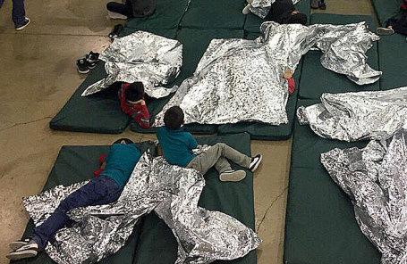 Пункт временного содержания мигрантов из Центральной Америки и Мексики, задержанных за незаконное пересечение границы США, в штате Техас.