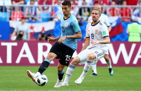 Игрок сборной Аргентины Матиас Весино и игрок сборной России Юрий Газинский на матче в Самаре, 25 июня 2018 года.