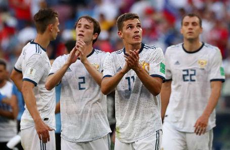 Игроки сборной России после матча против команды Уругвая в Самаре, 25 июня 2018 года.