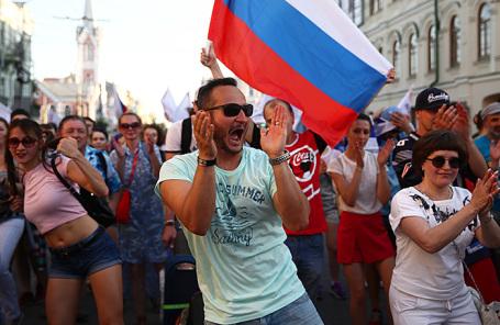 Флешмоб футбольных болельщиков в центре города в поддержку сборной России на чемпионате мира по футболу — 2018 в Самаре.