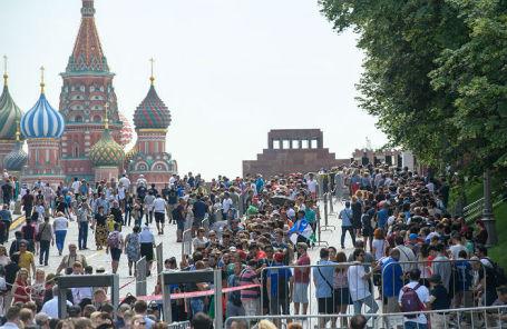 Футбольные болельщики, приехавшие на чемпионат мира по футболу, в очереди в Мавзолей на Красной площади.
