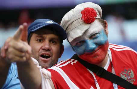 Уругвайский и российский болельщики на стадионе «Самара-Арена».