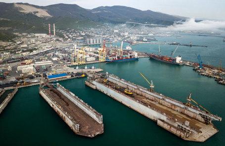 Вид на морской торговый порт в Новороссийской (Цемесской) бухте.