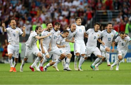 Игроки сборной России по футболу после победы в матче с Испанией.