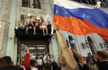Болельщики на Никольской улице празднуют победу сборной России в матче 1/8 финала чемпионата мира над командой Испании.