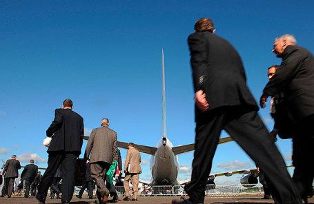 Посетители авиасалона в Фарнборо.