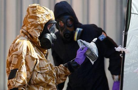 Следователи в защитных костюмах в Эймсбери.
