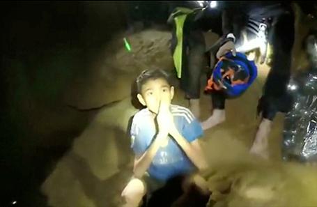 Один из детей в затопленной пещере.