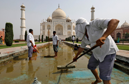 Рабочие очищают фонтан у Тадж-Махала