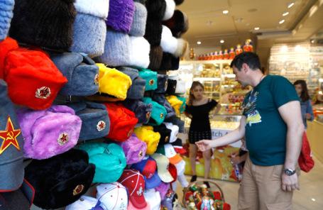 Покупка сувенирной продукции болельщиками на Арбате.