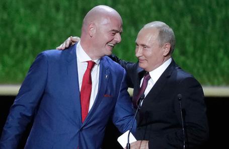 Президент FIFA Джанни Инфантино и президент России Владимир Путин во время гала-концерта в Большом театре.
