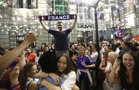Болельщики в центре Москвы во время празднования победы сборной Франции