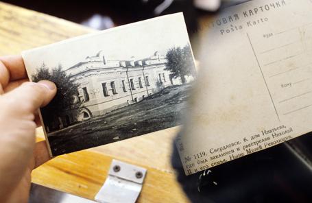 В руках экспертов фотокарточка дома Ипатьева — места расстрела членов императорской семьи. Архив.