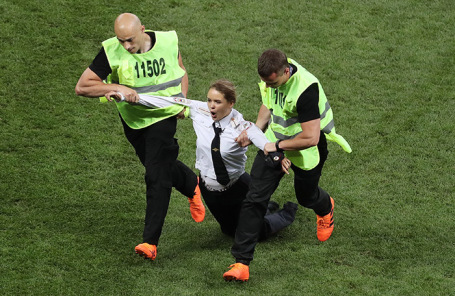 Акция Pussy Riot во время финального матча мундиаля.